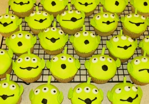 Ooooh, THE CLAW!!!  These Toy Story-inspired alien cupcakes are super-cute and perfect for your Halloween party!