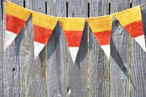 This burlap bunting is a cinch to make and would look super-cute adorning your dessert table!