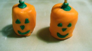 These no-bake jack o&#039; lantern treats can be wrapped, ribbon-ed and gifted for Halloween gifting!